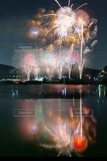 水の体の上の花火の写真・画像素材[755106]