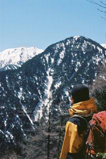 雪に覆われた山の上に立っている人の写真・画像素材[1137871]