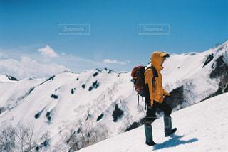 煙る山頂の雪をスノーボードに乗る人の写真・画像素材[1137872]
