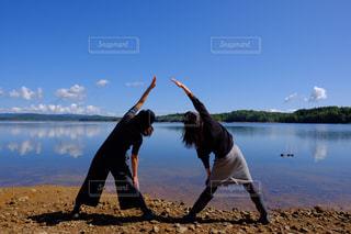 ヨガと湖の写真・画像素材[752034]