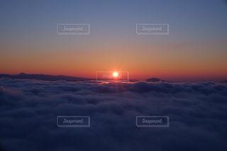 背景にオレンジ色の夕日の写真・画像素材[1416253]