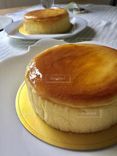 テーブルの上のケーキ プレートの写真・画像素材[841728]