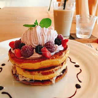皿の上のケーキの一部 - No.842070