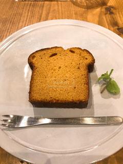 皿の上のケーキの一部の写真・画像素材[1037923]
