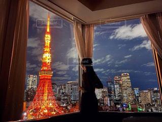窓の前の夜の街の眺めの写真・画像素材[2837129]