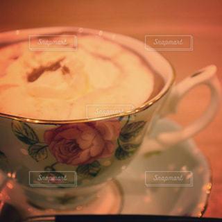 テーブルの上のコーヒー カップの写真・画像素材[1594695]