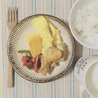板の上に食べ物のボウルの写真・画像素材[1594737]