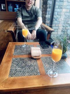テーブルの上に座る人の写真・画像素材[2208091]
