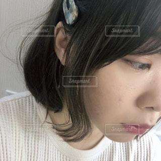 自分撮りを取るピンクの髪を持つ女性のクローズアップの写真・画像素材[2702898]