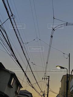 夕焼けの空と三日月の写真・画像素材[4056750]