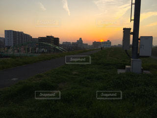 夕暮れ時の土手の景色の写真・画像素材[1099316]