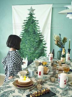 ケーキでテーブルに座っている女性 - No.849080