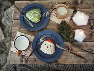 ドーナツとミルクのテーブルコーデの写真・画像素材[932939]