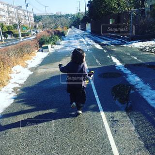道を歩く子供 - No.978267