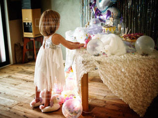 部屋に立っている小さな女の子の写真・画像素材[2507395]