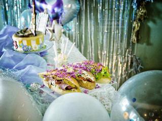 テーブルの上のケーキとドリンクの写真・画像素材[2507396]