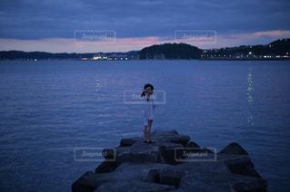 夜の海と人と。の写真・画像素材[3255626]