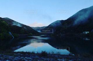 早朝の湖の写真・画像素材[4349281]