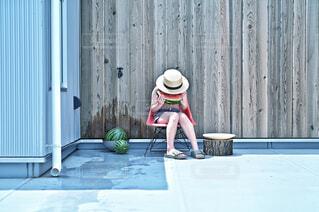 スイカを食べる少女の写真・画像素材[4562190]