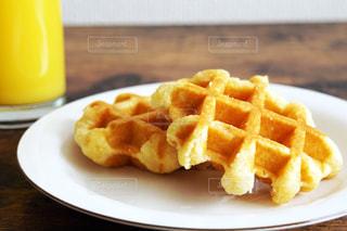 テーブルの上に食べ物のプレートの写真・画像素材[936104]