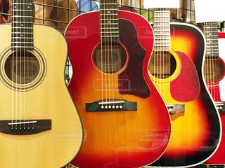 近くにギターのアップ - No.943630
