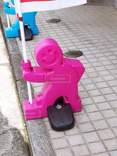 のぼりを持つピンクのおもちゃ人形 - No.1057087
