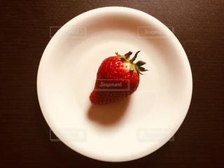 皿の上に乗っているひとつイチゴの写真・画像素材[1057092]
