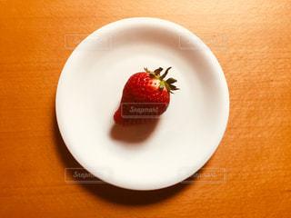 皿の上の一つのイチゴの写真・画像素材[1057093]