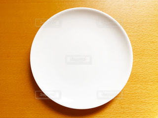 テーブルの上の白い皿の写真・画像素材[1057941]