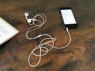 木製テーブルの上にあるiPodの写真・画像素材[1482507]