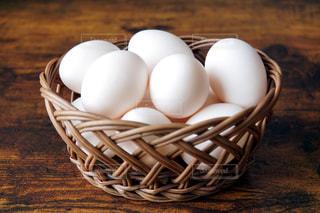 かごの中のたくさんの卵の写真・画像素材[1757935]