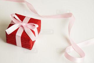 赤いラッピングのプレゼントとピンクのリボンの写真・画像素材[1764359]