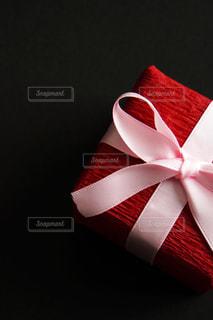 赤いラッピングのプレゼントの写真・画像素材[1764566]