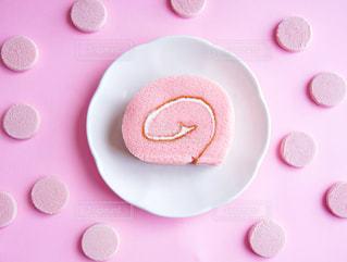 ピンクのストロベリーロールケーキの写真・画像素材[2141351]