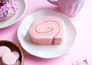 ピンク色のストロベリーロールケーキの写真・画像素材[2141354]