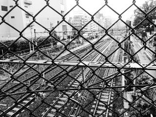 近くのワイヤー フェンスの写真・画像素材[822681]