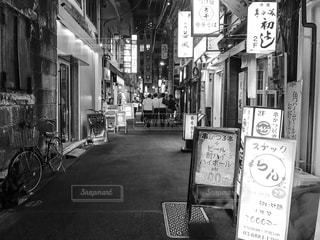 忙しい街の通りの黒と白の写真の写真・画像素材[822683]