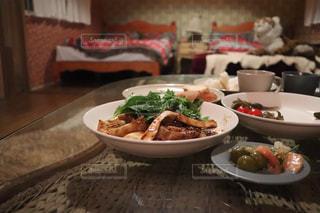 テーブルの上に食べ物のボウルの写真・画像素材[1587927]