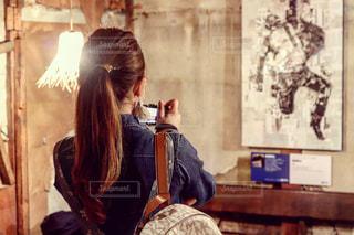 部屋で立っている女性の写真・画像素材[1587933]