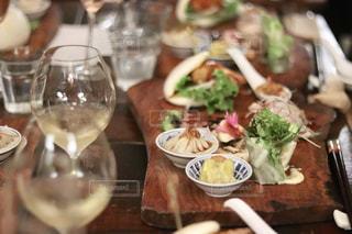 食品とワインのガラスのプレートの写真・画像素材[1587934]