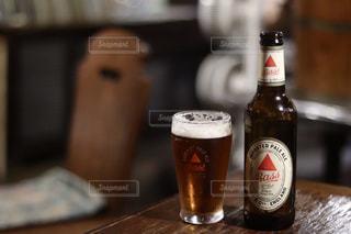 ワインとビール、テーブルの上のガラスのボトルの写真・画像素材[1587955]