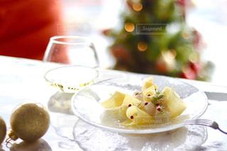 明るい時間から白ワインとカルパッチョの写真・画像素材[1642437]