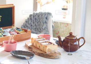木製テーブルの上に座っているケーキの写真・画像素材[1644618]