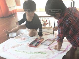 幼児二人で絵の具でお絵かきの写真・画像素材[1746386]