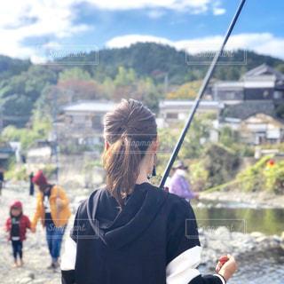 川釣りする女性の後ろ姿の写真・画像素材[1750780]