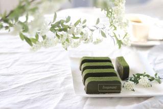 白いテーブルクロスの上に抹茶のテリーヌ。の写真・画像素材[1750795]