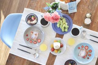ダイニングテーブルで朝ごはんの写真・画像素材[1750800]