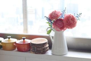 キッチンの窓際に花の写真・画像素材[1750801]