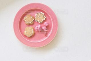 桜のクッキーとフリーズドライの桜の花の写真・画像素材[1750803]