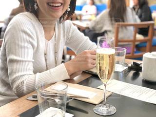 レストランのテーブルに座っている女性の写真・画像素材[1767626]